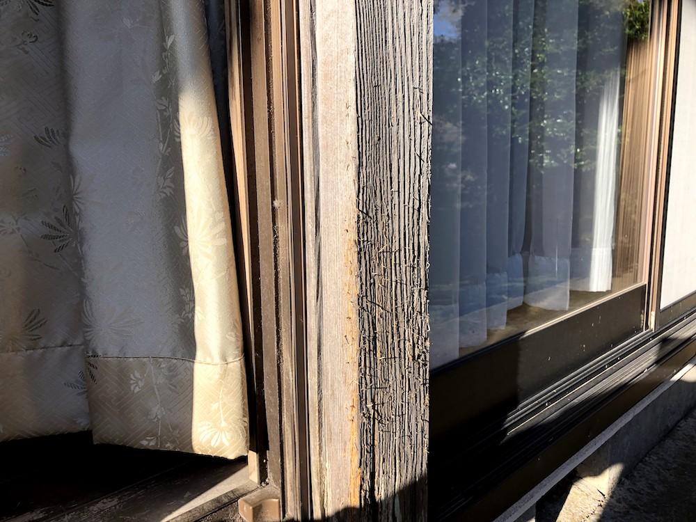 猫が座敷の外の柱で爪とぎをした跡